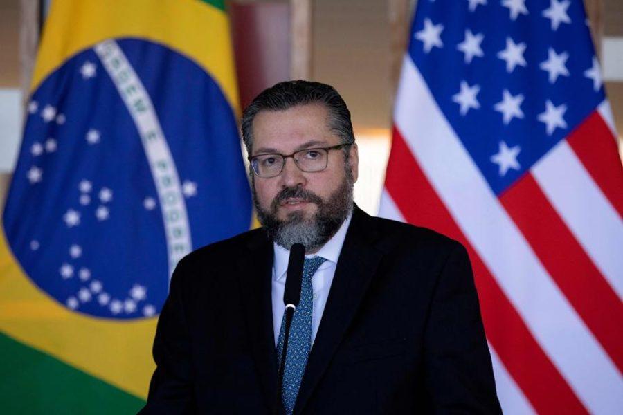 O chanceler Ernesto Araújo também quer liberar o visto unilaterelmente para americanos e canadenses