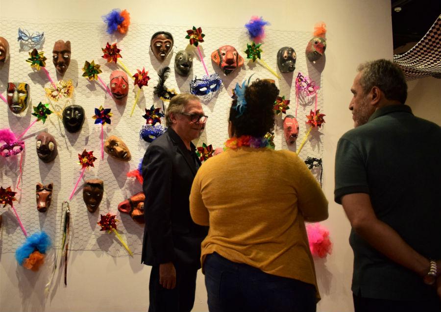 O ministro Veléz conferiu a exposição de máscaras carnavalecas na Fundaj do Derby com Bertini. Foto: Fundaj