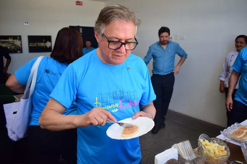 O ministro da Educação provou e aprovou o nosso tradicional bolo de rolo durante tour na Fundaj. Foto: Fundaj\Divulgação