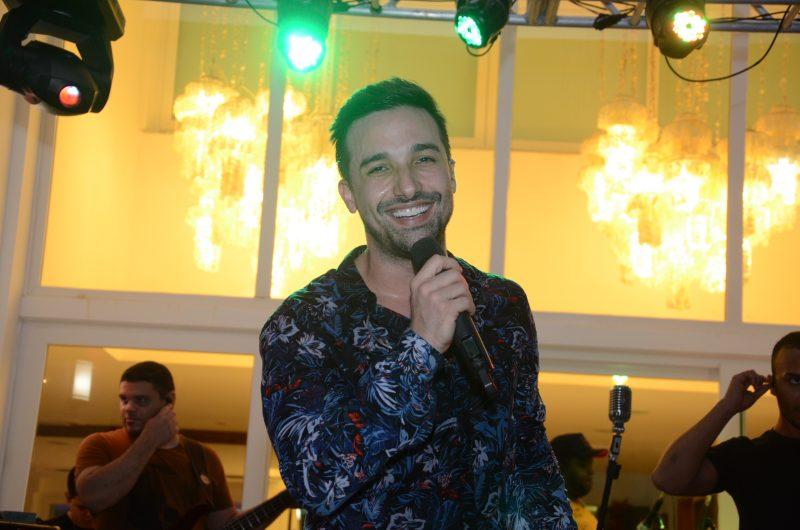O cantor Rafa Cout foi a sensação cantando sucessos eternos e atuais e animando a galera na pista de dança. Foto: Gaúcho\Aerorec