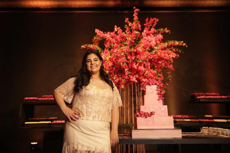 A debutante Maria Luiza Tiburcio em frente ao belíssimo bolo em forma geomátrica. Foto: Canal R