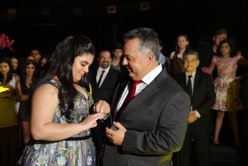 A debutante recebe o anel do pai, Carlos Eduardo Silva de Melo, em pleno salão da Arcádia Paço Alfândega. Foto: Canal R
