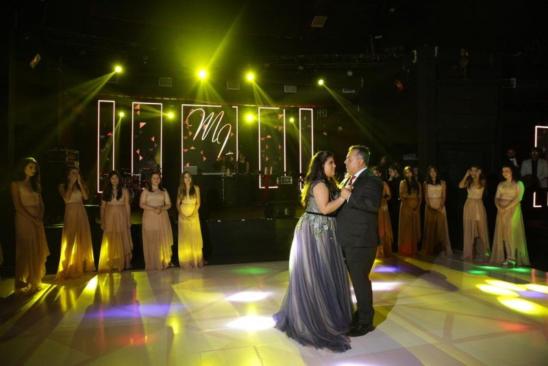 Maria Luiza e o pai, Carlos Eduardo, dançam a valsa sob os olhares dos muitos convidados, numa noite mágica e de sonho: Foto: Canal R
