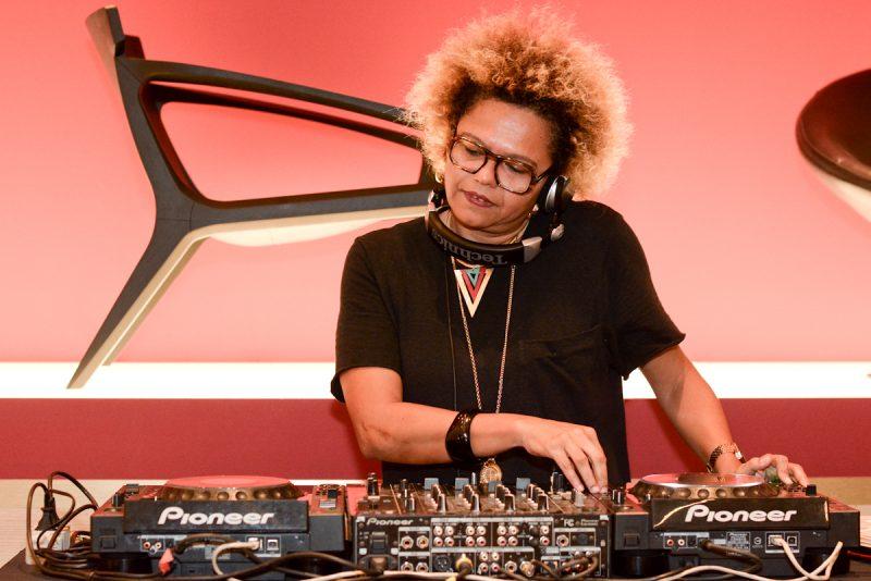 A DJ Lala K comandou o som da noite. Foto Jose Brito
