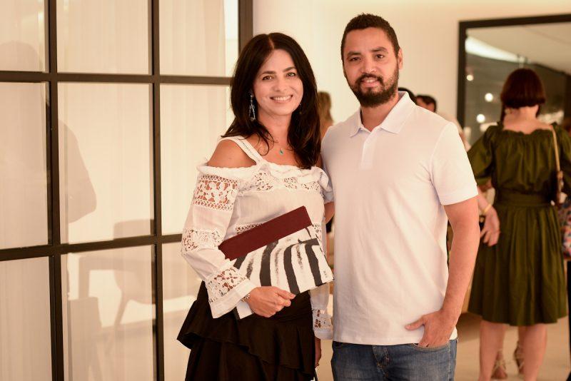 Ione Costa, presidente do Instituto Shopping Recife, e o artista plástico Derlon. Foto: José Britto