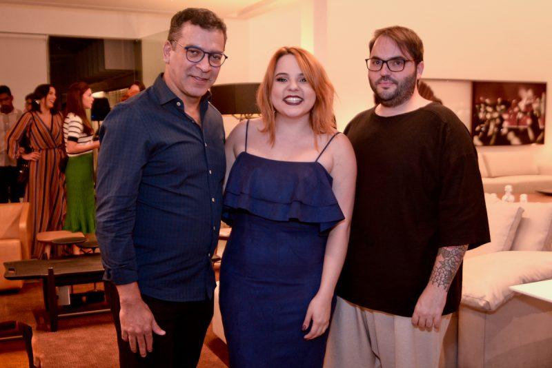 Gabriela Coutinho, ladeada por Pedro Ariel e Aldi Flosi, que assinaram a curadoria e arrumação da Itálica. Foto: Jose Britto
