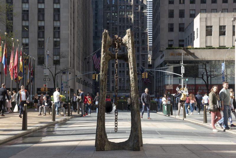 Os novaiorquinos passeiam por entre as obras de artes do artista Joan Miró. Foto: Timothy Schenck|Reprodução