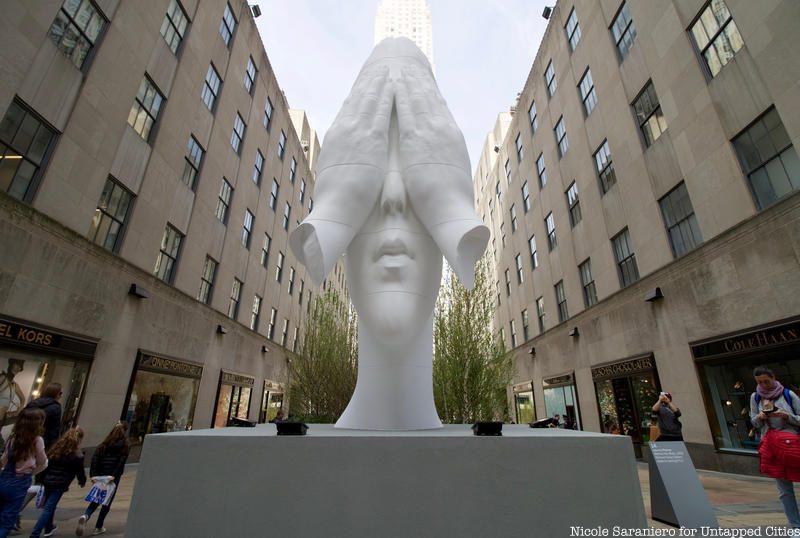 A escultura que fica em frente para a Quinta Avenida, em Nova Iorque, no local da tradicional árvore de Natal. Foto: Nicole Saraniero