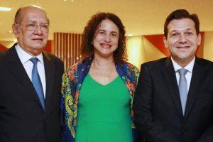 O ministro Gilmar Mendes, a governadora em exercício de Pernambuco, Luciana Santos, e o prefeito Geraldo Julio - Foto: Hélia Scheppa/Divulgação