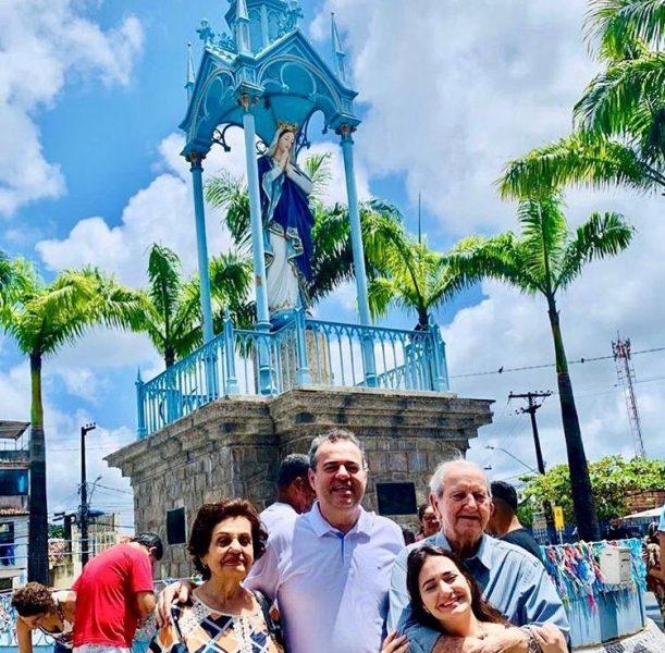 O deputado federal Danilo Cabral (C) ao lado da família - Foto: Instagram/Reprodução