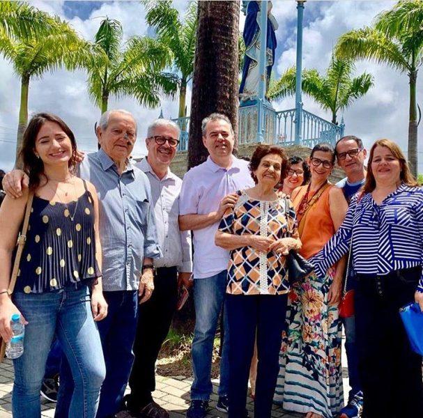 O deputado federal Danilo Cabral (C) ao lado da família e amigos - Foto: Instagram/Reprodução