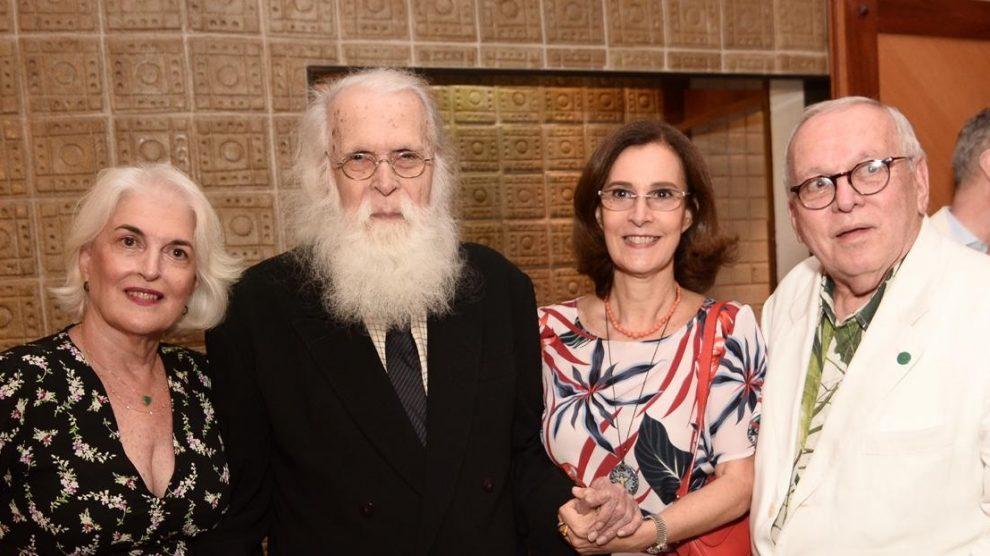 O artista plástico Francisco Brennand, ladeado pelas filhas Neném e Maria Helena, com o imortal da ABL Marcos Vinicios Vilaça - Foto: Jose Britto