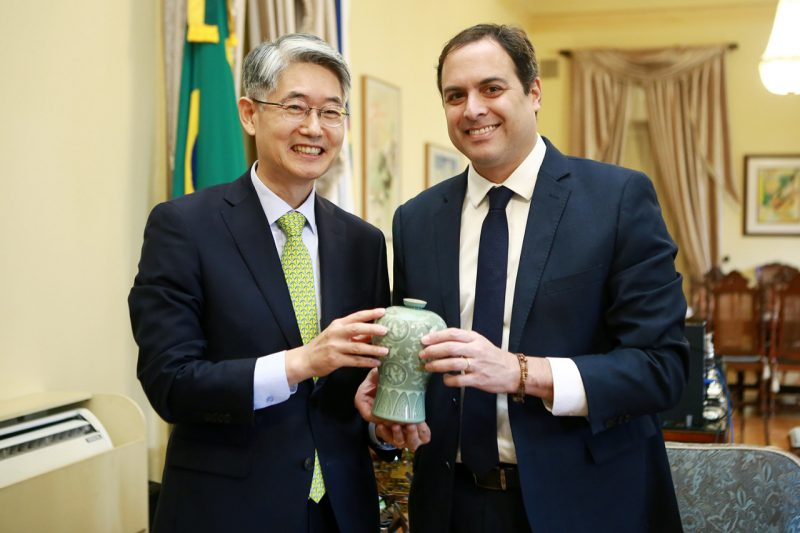 O embaixador da Coreia do Sul no Brasil, Chan Woo Kim, e o governador Paulo Câmara - Foto: Hélia Scheppa/Divulgação