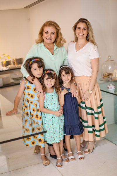 Nizete Paes Mendonça com a filha e netas - Foto: Joyce Oliveira