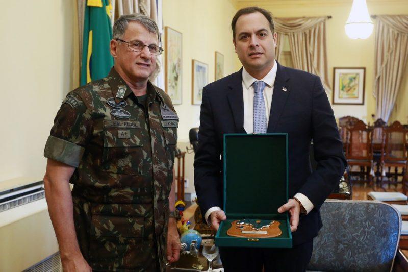O comandante do Exército Brasileiro, general Edson Leal Pujol, visitou o governador Paulo Câmara, no Campo das Princesas - Foto: Hélia Scheppa/Divulgação