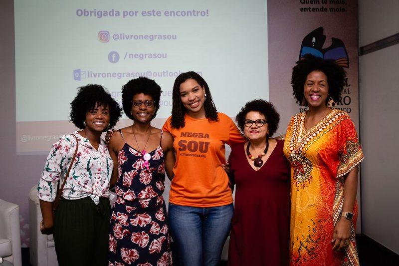 Mulheres negras lado a lado