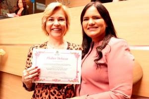 Roberta Jungmann recebe diploma de honra ao mérito das mãos da vereadora Michele Collins - Lidiane Mota/Folha de Pernambuco.