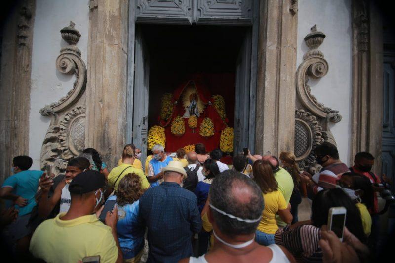 Sem procissão, fiéis homenageiam a padroeira do Recife