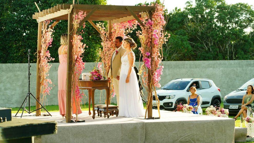 Casal inova e realiza casamento drive-in em PE