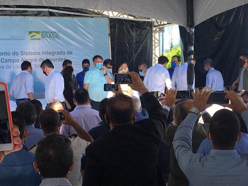 Bolsonaro é recebido por apoiadores em grande aglomeração no Piauí