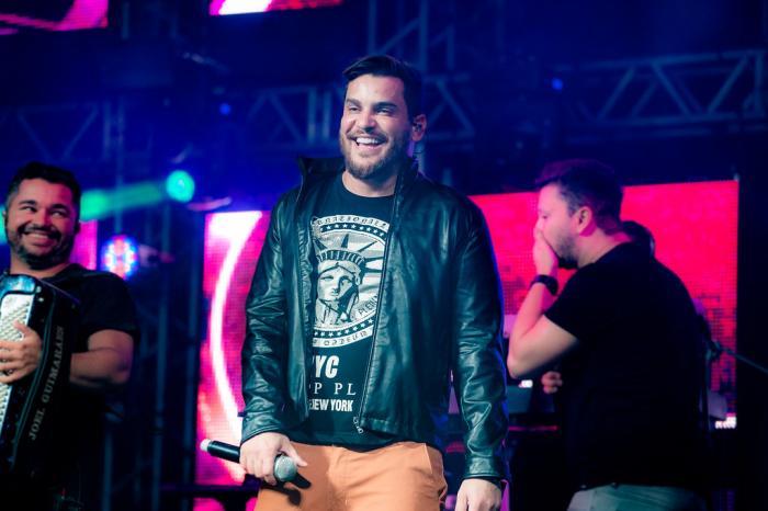 O cantor, que havia sido internado devido à covid-19, recebeu alta da UTI nesta segunda (24) - Foto: Reprodução/GauchaZH