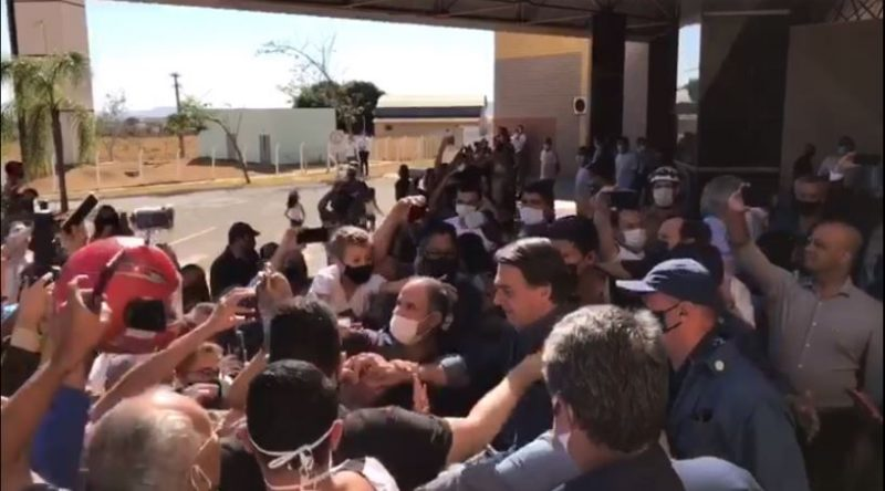 Sem usar máscara ao chegar ao local, Bolsonaro caminhou por uma multidão em Goiás causando alvoroço