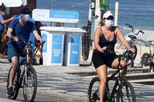 Malu Mader e Tony Bellotto dão o exemplo e usam máscara em passeio