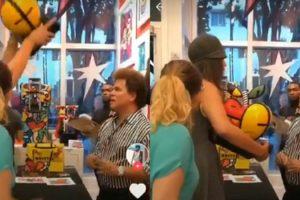 """Mulher quebra obra de Romero Britto e dispara: """"Eu te respeitava"""""""