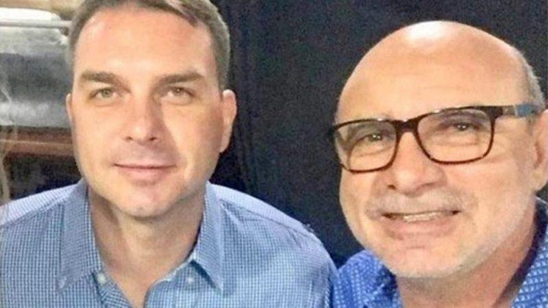Flávio Bolsonaro e Fabrício Queiroz são acusados de peculato, lavagem de dinheiro e de liderar organização criminosa pelo esquema de rachadinha