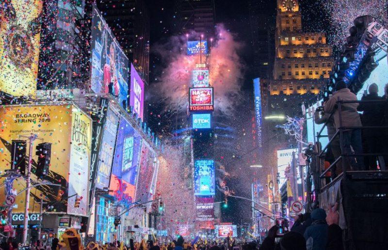A queda da bola anual na Times Square costuma reunir cerca de 1 milhão de pessoas em Manhattan