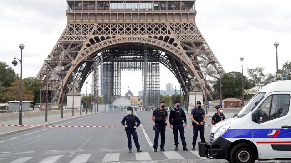Torre Eiffel é esvaziada às pressas em Paris