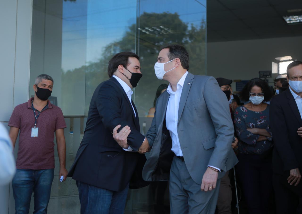 Rodrigo Maia cumpre agenda em PE ao lado de Paulo Câmara