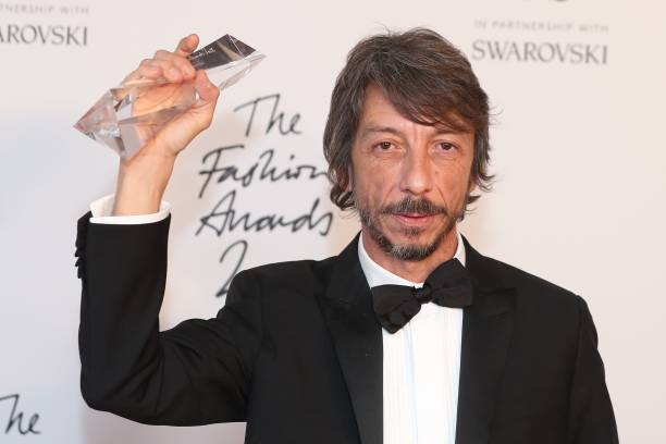 Valentino lança nova coleção em desfile transmitido de Milão