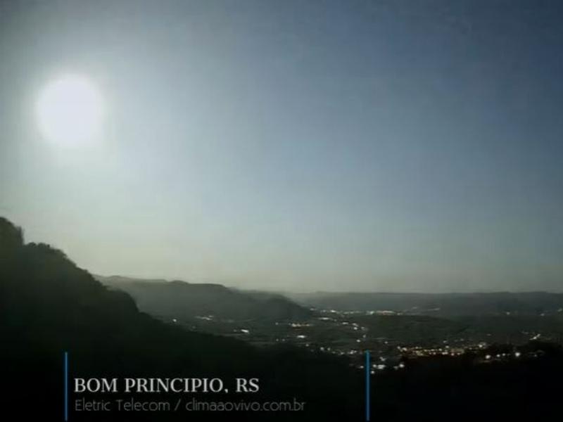O meteoro superou o brilho da Lua Cheia até sua explosão final