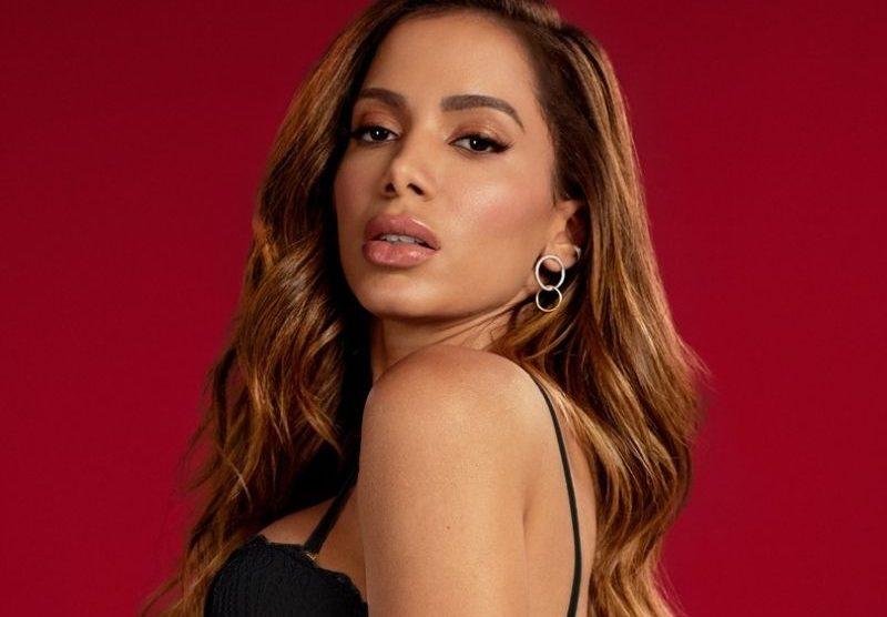 Anitta critica fãs que aparecem na porta de sua casa