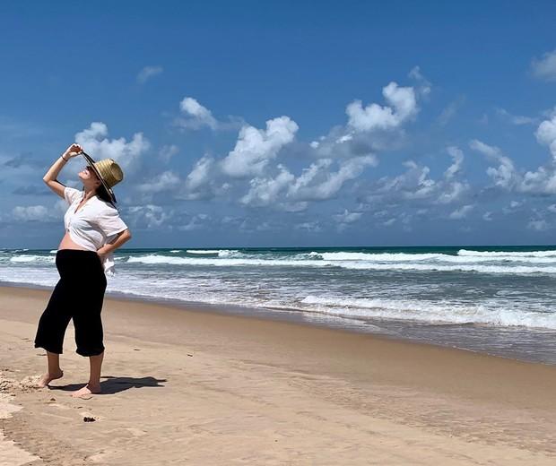 Nathalia Dill curte sete meses de gravidez no litoral Pernambucano