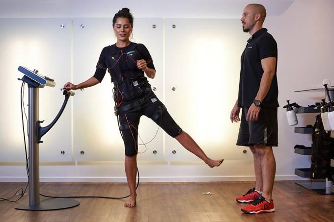 A influencer Yasmin Miranda também é adepta da técnica de treinos com choque elétricos