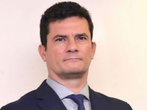 """Moro assina com empresário de Roberto Carlos e sai em """"turnê"""""""