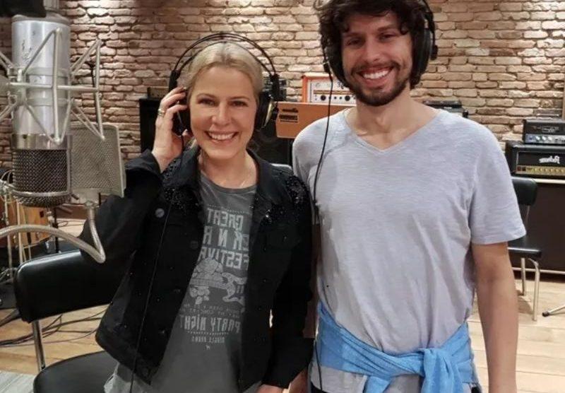 Paula Toller comemora lançamento de música ao lado do filho