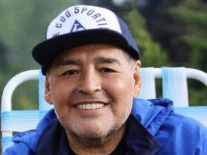 Maradona foi sedado para não abandonar hospital, afirma médico