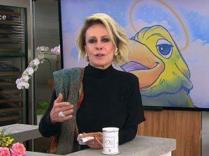 Ana Maria se emociona durante programa em homenagem a Tom Veiga