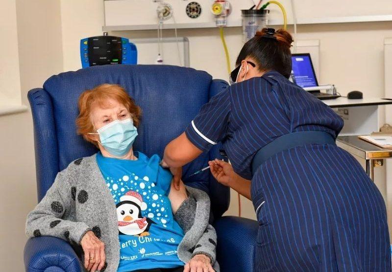 Idosa de 90 anos é primeira pessoa a receber vacina no Reino Unido
