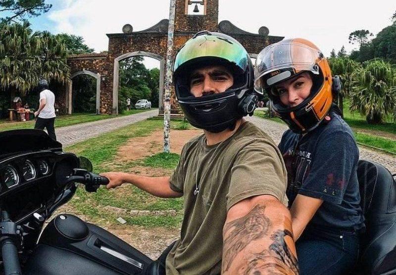 Juntinhos! Caio Castro e Grazi viajam de moto no Sul do país