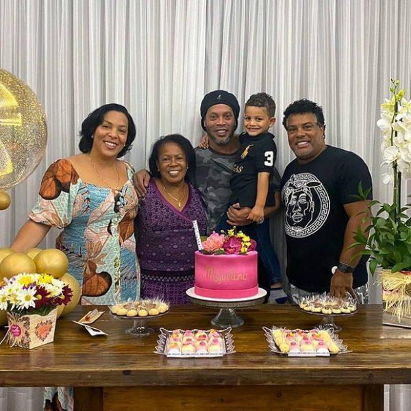 Em setembro, Ronaldinho Gaúcho comemorou o aniversário de Dona Miguelina em Porto Alegre, no Rio Grande do Sul