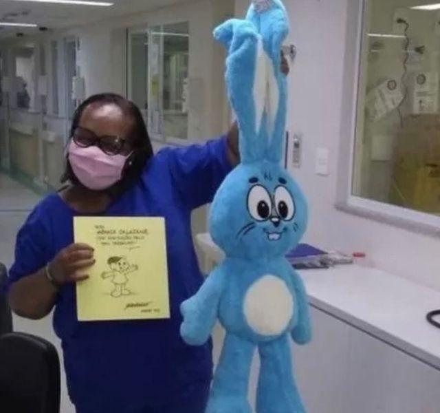 Enfermeira Monica Calanzans ganha presente de Mauricio de Sousa