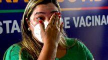 Profissionais de saúde recebem vacina sob forte emoção e aplausos