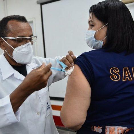 Funcionários do SAMU Recife recebem a vacina contra a Covid-19