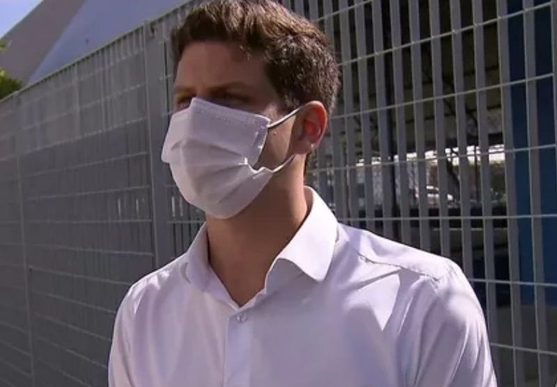 Curado da Covid-19, João Campos acompanha vacinação no Recife