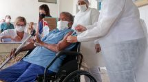 Idosos recebem vacina no Abrigo Cristo Redentor, em Jaboatão